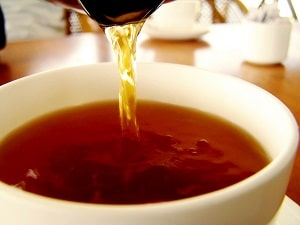 pouring-chinese-tea